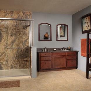 Foto de cuarto de baño principal, rural, de tamaño medio, con lavabo con pedestal, armarios abiertos, puertas de armario de madera en tonos medios, encimera de acrílico, bañera empotrada, ducha abierta, sanitario de una pieza, baldosas y/o azulejos blancos, paredes blancas y suelo de linóleo
