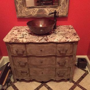 Diseño de cuarto de baño romántico con lavabo sobreencimera, armarios tipo mueble, puertas de armario grises y encimera de granito