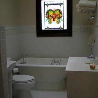 Стильный дизайн: ванная комната среднего размера в викторианском стиле с раковиной с пьедесталом, фасадами в стиле шейкер, белыми фасадами, столешницей из гранита, ванной на ножках, белой плиткой, керамической плиткой, желтыми стенами, полом из мозаичной плитки и душевой кабиной - последний тренд