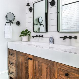 Klassisches Badezimmer En Suite mit Schrankfronten im Shaker-Stil, hellbraunen Holzschränken, weißer Wandfarbe, Trogwaschbecken, schwarzem Boden, weißer Waschtischplatte, Doppelwaschbecken, freistehendem Waschtisch und Holzdielenwänden in Atlanta