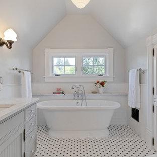 Idee per una stanza da bagno padronale vittoriana con ante grigie, vasca freestanding, piastrelle bianche, piastrelle diamantate, pareti grigie, pavimento con piastrelle in ceramica, lavabo sottopiano, top in quarzo composito, pavimento multicolore, top bianco e ante a filo