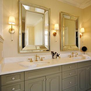 Idee per una stanza da bagno padronale bohémian di medie dimensioni con consolle stile comò, ante verdi, vasca da incasso, doccia ad angolo, WC a due pezzi, piastrelle bianche, piastrelle in ceramica, pareti beige, pavimento in marmo e lavabo sottopiano