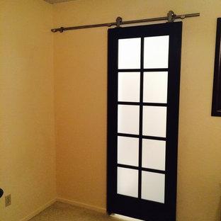 Kleines Modernes Badezimmer En Suite mit Unterbauwaschbecken, Schrankfronten im Shaker-Stil, schwarzen Schränken, Granit-Waschbecken/Waschtisch, offener Dusche, Toilette mit Aufsatzspülkasten, beigefarbenen Fliesen, Porzellanfliesen, weißer Wandfarbe und Keramikboden in Dallas
