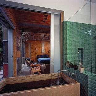 Ispirazione per una stanza da bagno costiera con vasca giapponese e piastrelle verdi