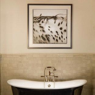 Foto de cuarto de baño rural con bañera exenta y suelo negro