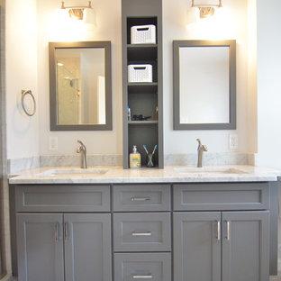 Ispirazione per una stanza da bagno padronale chic di medie dimensioni con lavabo sottopiano, ante in stile shaker, ante grigie, top in marmo, doccia alcova, piastrelle grigie, piastrelle in ceramica, pareti bianche e pavimento con piastrelle in ceramica