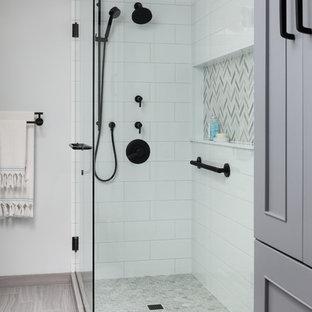 Exempel på ett mellanstort modernt vit vitt en-suite badrum, med luckor med infälld panel, grå skåp, en hörndusch, en toalettstol med hel cisternkåpa, vit kakel, keramikplattor, blå väggar, klinkergolv i porslin, ett undermonterad handfat, bänkskiva i kvarts, grått golv och dusch med gångjärnsdörr