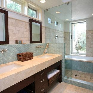 Idee per una stanza da bagno classica con vasca ad alcova, vasca/doccia, piastrelle blu, piastrelle beige e piastrelle in travertino
