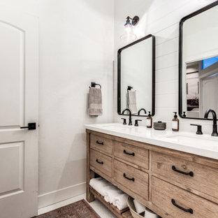 Imagen de cuarto de baño campestre con puertas de armario con efecto envejecido, bañera empotrada, ducha empotrada, paredes blancas, suelo con mosaicos de baldosas, lavabo bajoencimera, encimera de cuarzo compacto, suelo blanco, ducha con cortina y encimeras blancas