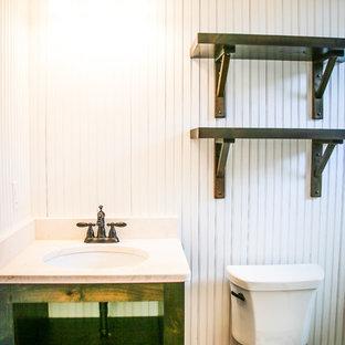 Imagen de cuarto de baño con ducha, urbano, pequeño, con armarios abiertos, puertas de armario verdes, paredes blancas, suelo de contrachapado, lavabo encastrado, encimera de laminado, suelo marrón y encimeras blancas