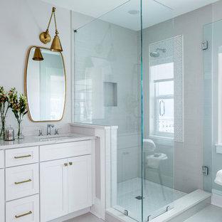 Foto di una stanza da bagno con doccia classica di medie dimensioni con ante in stile shaker, ante bianche, doccia ad angolo, piastrelle grigie, piastrelle diamantate, pareti grigie, pavimento in gres porcellanato, lavabo sottopiano, top in quarzite, pavimento beige e porta doccia a battente