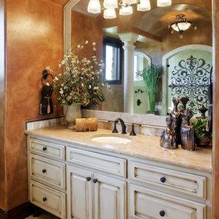 オースティンの巨大な地中海スタイルのおしゃれな浴室の写真