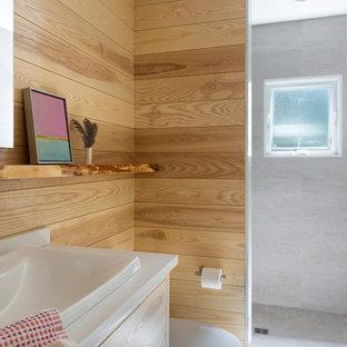 На фото: маленькая ванная комната в стиле современная классика с плоскими фасадами, фасадами цвета дерева среднего тона, душем в нише, унитазом-моноблоком, серой плиткой, керамогранитной плиткой, полом из керамогранита, душевой кабиной, накладной раковиной, столешницей из искусственного кварца, коричневыми стенами, серым полом и открытым душем с