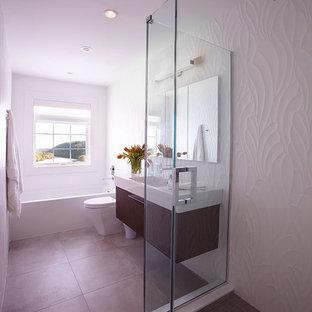 Неиссякаемый источник вдохновения для домашнего уюта: детская ванная комната среднего размера в современном стиле с подвесной раковиной, плоскими фасадами, темными деревянными фасадами, стеклянной столешницей, ванной в нише, угловым душем, унитазом-моноблоком, серой плиткой, керамогранитной плиткой, белыми стенами и полом из керамогранита