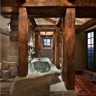 Diseño de cuarto de baño principal, rústico, grande, con jacuzzi y suelo de pizarra
