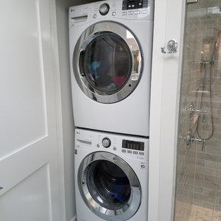 Inredning av ett klassiskt mellanstort badrum med dusch, med luckor med infälld panel, grå skåp, en dusch i en alkov, en toalettstol med hel cisternkåpa, grå kakel, tunnelbanekakel, vita väggar, marmorgolv, ett undermonterad handfat, marmorbänkskiva, grått golv och dusch med gångjärnsdörr