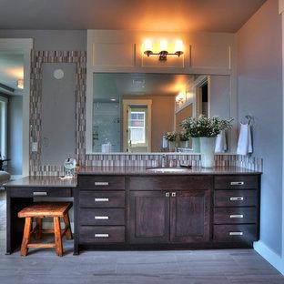 Idéer för stora vintage en-suite badrum, med ett undermonterad handfat, luckor med profilerade fronter, skåp i mörkt trä, bänkskiva i kvartsit, grå kakel, grå väggar och kalkstensgolv