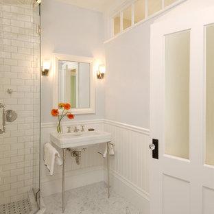 Esempio di una stanza da bagno chic con lavabo a consolle e piastrelle diamantate