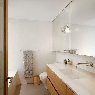 Пример оригинального дизайна: ванная комната среднего размера в стиле ретро с плоскими фасадами, фасадами цвета дерева среднего тона, белыми стенами, пробковым полом, монолитной раковиной, столешницей из кварцита и душевой кабиной