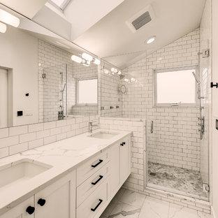 Inspiration för ett mellanstort vintage vit vitt en-suite badrum, med skåp i shakerstil, vita skåp, vit kakel, keramikplattor, vita väggar, klinkergolv i keramik, ett undermonterad handfat, bänkskiva i kvarts, vitt golv, dusch med gångjärnsdörr och en dusch i en alkov