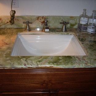 Idee per una stanza da bagno con doccia eclettica di medie dimensioni con vasca ad alcova, pareti bianche, lavabo sottopiano, top in onice, doccia ad angolo, ante lisce, ante in legno bruno, WC monopezzo, parquet scuro e top verde