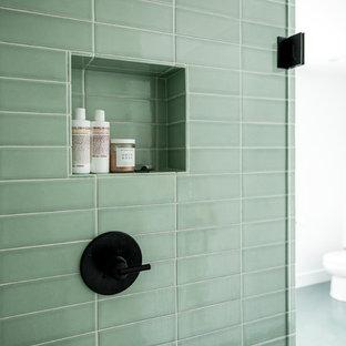 Свежая идея для дизайна: большая главная ванная комната в скандинавском стиле с плоскими фасадами, белыми фасадами, отдельно стоящей ванной, душем в нише, зеленой плиткой, керамической плиткой, белыми стенами, полом из керамической плитки, врезной раковиной, столешницей из кварцита, зеленым полом, душем с распашными дверями и белой столешницей - отличное фото интерьера