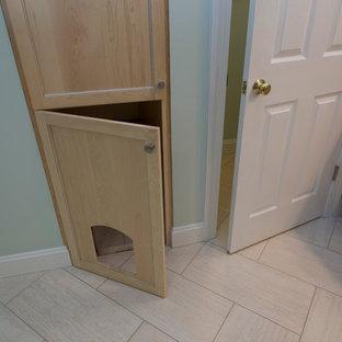 Foto på ett stort vintage grön en-suite badrum, med skåp i ljust trä, ett platsbyggt badkar, en toalettstol med separat cisternkåpa, porslinskakel, gröna väggar, klinkergolv i porslin, ett undermonterad handfat, granitbänkskiva, skåp i shakerstil, en hörndusch, beige kakel, beiget golv och dusch med gångjärnsdörr
