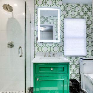 Immagine di una piccola stanza da bagno con doccia classica con ante a filo, ante verdi, doccia ad angolo, piastrelle bianche, piastrelle di marmo, pavimento in marmo, lavabo sottopiano, top in marmo, pavimento nero, porta doccia a battente, top bianco, WC a due pezzi e pareti multicolore