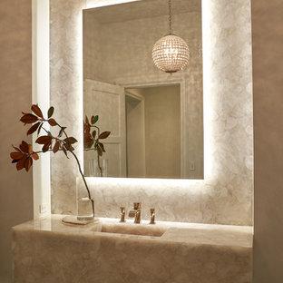 ヒューストンのトランジショナルスタイルのおしゃれな浴室 (白い壁、ベージュのタイル、石スラブタイル、濃色無垢フローリング、一体型シンク、黒い床、ベージュのカウンター) の写真