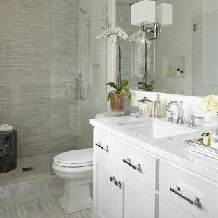 Immagine di una stanza da bagno tradizionale con top in marmo, piastrelle diamantate e top bianco