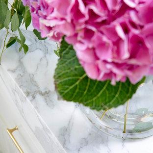 Idee per una grande stanza da bagno padronale classica con ante in stile shaker, ante bianche, vasca freestanding, doccia alcova, WC a due pezzi, piastrelle multicolore, lastra di pietra, pareti bianche, pavimento in gres porcellanato, lavabo sottopiano, top in quarzite, pavimento bianco e porta doccia a battente