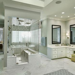 Ispirazione per un'ampia sauna tradizionale con ante bianche, vasca ad alcova, piastrelle bianche, lastra di pietra, pareti verdi, pavimento in marmo, lavabo sottopiano e top in marmo
