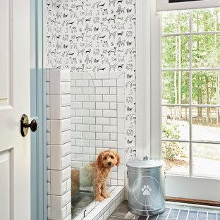 Ejemplo de cuarto de baño clásico con baldosas y/o azulejos blancos, baldosas y/o azulejos de cemento y paredes multicolor
