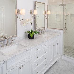 Ejemplo de cuarto de baño principal, clásico renovado, de tamaño medio, con ducha empotrada, paredes blancas, suelo de linóleo, lavabo bajoencimera, suelo blanco, ducha con puerta con bisagras, armarios con rebordes decorativos, puertas de armario blancas, bañera exenta y encimera de mármol