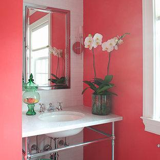 Immagine di una stanza da bagno bohémian di medie dimensioni con lavabo sottopiano, top in marmo, piastrelle bianche, piastrelle diamantate, pareti rosa e pavimento in ardesia