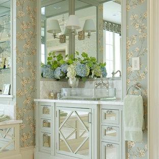Ejemplo de cuarto de baño principal, contemporáneo, grande, con armarios tipo vitrina, puertas de armario verdes, paredes multicolor, suelo de baldosas de porcelana, lavabo sobreencimera, encimera de mármol y suelo beige