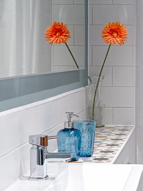Salle de bain avec un plan de toilette en carrelage et un for Placard suspendu salle de bain