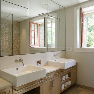 Ejemplo de cuarto de baño rectangular, contemporáneo, con lavabo sobreencimera