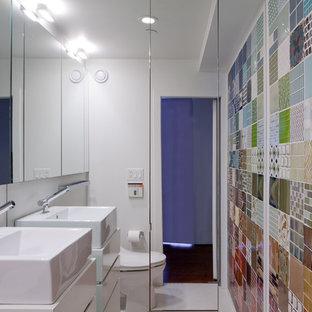 Bild på ett funkis badrum, med ett fristående handfat