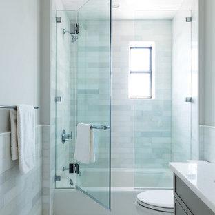 Esempio di una piccola stanza da bagno con doccia chic con ante marroni, vasca/doccia, WC a due pezzi, piastrelle bianche, piastrelle in pietra, pareti bianche, pavimento con piastrelle a mosaico, lavabo sottopiano, pavimento bianco, porta doccia a battente e top bianco
