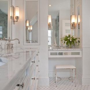 Großes Klassisches Badezimmer En Suite mit Marmor-Waschbecken/Waschtisch, verzierten Schränken, weißen Schränken, weißen Fliesen, Glasfliesen, weißer Wandfarbe, Keramikboden, Unterbauwaschbecken, weißem Boden und weißer Waschtischplatte in New York