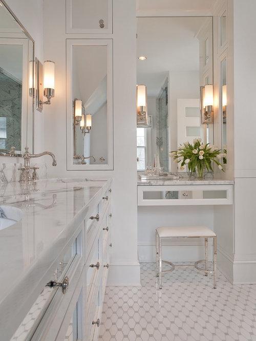 Großes Klassisches Badezimmer En Suite Mit Marmor Waschbecken/Waschtisch,  Verzierten Schränken, Weißen