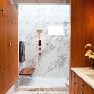サンフランシスコのコンテンポラリースタイルのおしゃれな浴室 (アンダーカウンター洗面器、フラットパネル扉のキャビネット、中間色木目調キャビネット、アルコーブ型シャワー、白いタイル) の写真