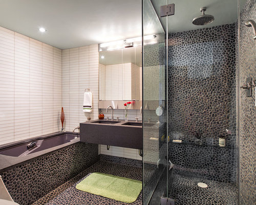 Salle de bain avec un plan de toilette en b ton et une - Salle de bain avec toilette ...