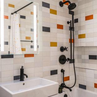 Cette image montre une grand salle de bain design pour enfant avec un placard à porte plane, des portes de placard blanches, une baignoire posée, un WC à poser, un carrelage multicolore, des carreaux de céramique, un mur noir, un sol en carrelage de céramique, un lavabo de ferme, un plan de toilette en quartz modifié, un sol multicolore, une cabine de douche avec un rideau, un plan de toilette blanc, une niche, meuble simple vasque, meuble-lavabo sur pied et un plafond à caissons.