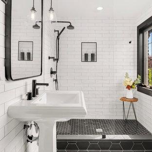 Идея дизайна: маленькая ванная комната в стиле современная классика с открытым душем, белой плиткой, полом из керамической плитки, душевой кабиной, раковиной с пьедесталом, черным полом, открытым душем, плиткой кабанчик и белыми стенами