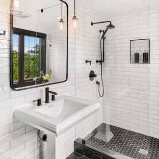 Inspiration för ett litet vintage badrum med dusch, med en öppen dusch, vit kakel, keramikplattor, klinkergolv i keramik, ett piedestal handfat, svart golv och med dusch som är öppen