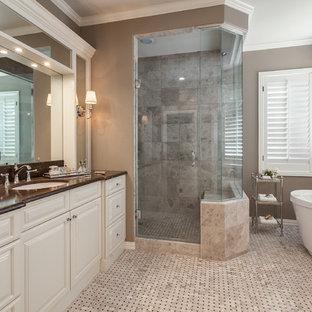 Пример оригинального дизайна: большая главная ванная комната в стиле современная классика с врезной раковиной, фасадами с выступающей филенкой, белыми фасадами, мраморной столешницей, отдельно стоящей ванной, душем без бортиков, бежевой плиткой, плиткой мозаикой, коричневыми стенами и полом из мозаичной плитки