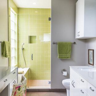 Modernes Badezimmer En Suite mit flächenbündigen Schrankfronten, Quarzit-Waschtisch, Unterbauwaschbecken, weißen Schränken, Duschnische, grünen Fliesen, grauer Wandfarbe und beigem Boden in Houston
