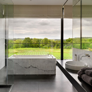 Modernes Badezimmer mit freistehender Badewanne in London
